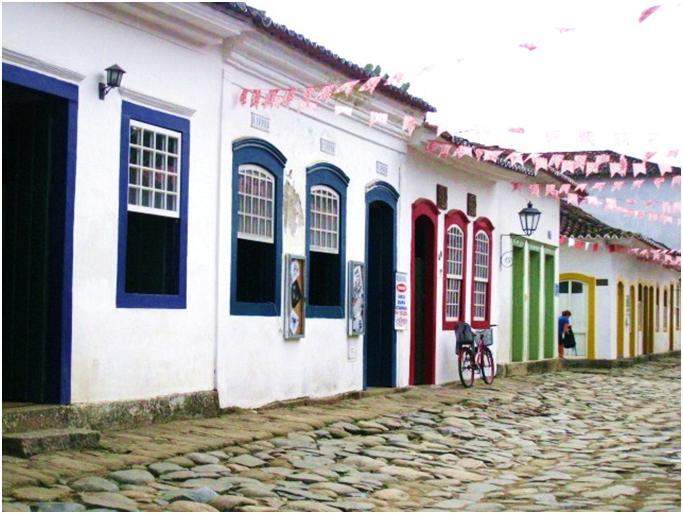 ブラジル・パラチーの観光旅行で町中の石畳の道とカラフルな建物に感動