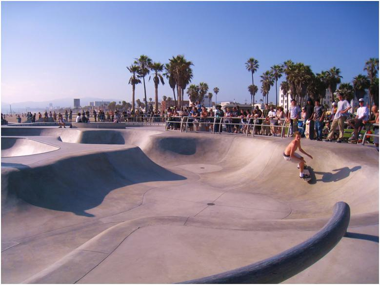 ベニスビーチを散歩 ベニススケートパークはボードのメッカ