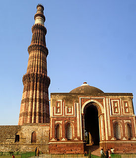 世界遺産 インド・デリーの石塔 クトゥブ・ミナール とモスク
