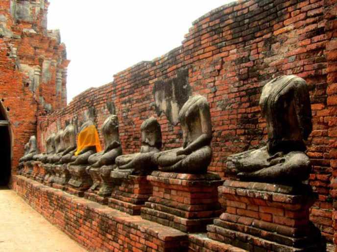 アユタヤのワット・マハータート 頭部がない仏像
