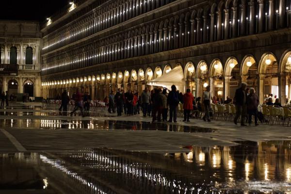 夜のサンマルコ広場