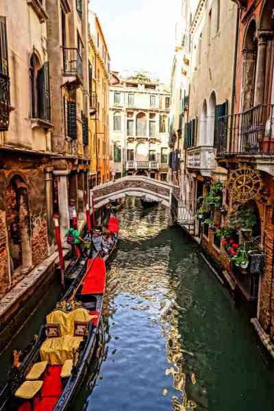 ヴェネツィアの魅力は水路 ゴンドラやクルーズで観光