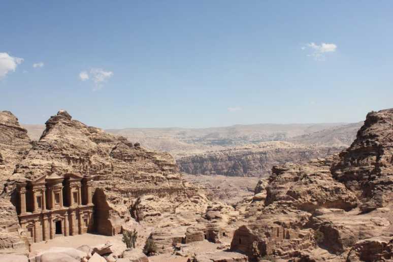 ペトラ遺跡へはヨルダンの首都アンマンからバスで3時間