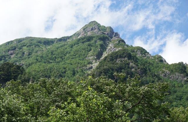明神岳の岩壁が佇む迫力あるスポット