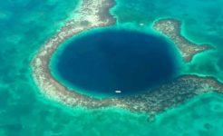 グレート・ブルーホール、ベリーズ珊瑚礁保護区上空