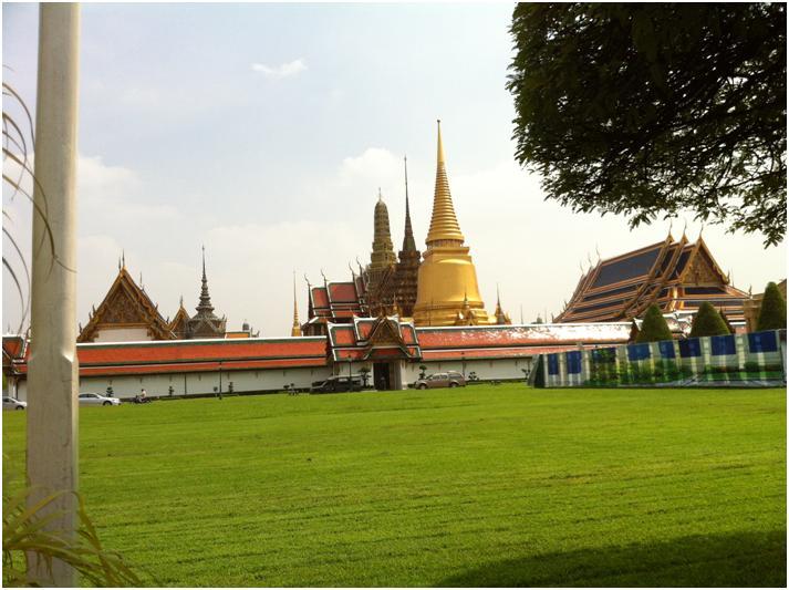 ワット・プラケオのエントランス左の寺院撮影スポット