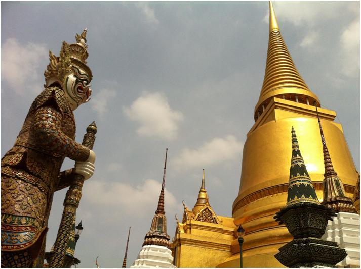 仏舎利塔と鬼/ワット・プラケオ、バンコク