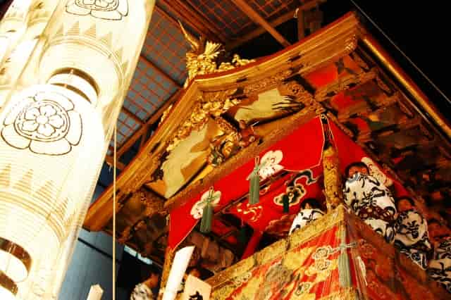 祇園祭で提灯や鉾が通りの脇に飾られいつもとはまた違った京都を楽しむ