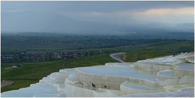 トルコ・ヒエラポリス・パムッカレは世界遺産、石灰が作り上げた自然美