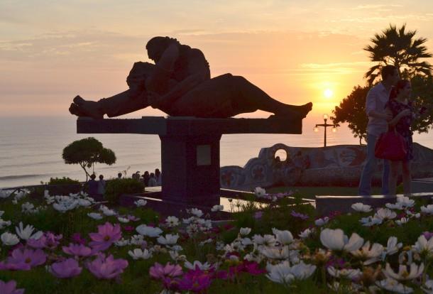 恋人達の公園 ペルー・リマの海岸で人ごみから少し離れて過ごす。