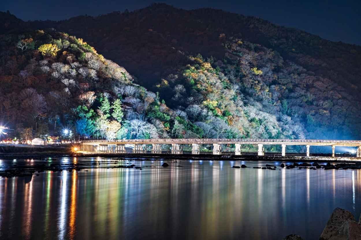 ライトアップも、優雅に渡月橋