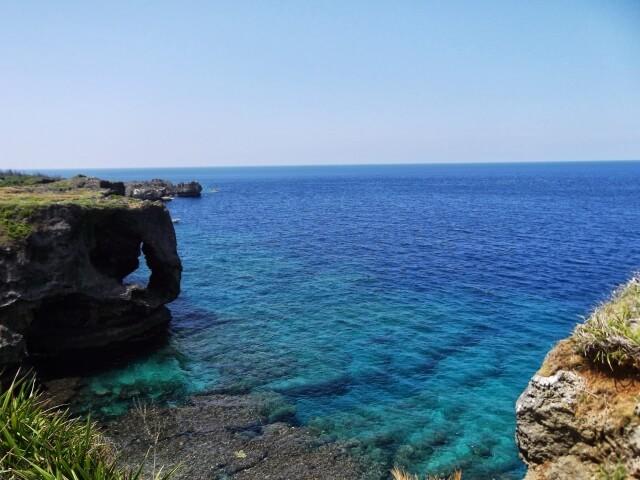 珊瑚でできた断崖・沖縄万座毛のエメラルドグリーンの海!