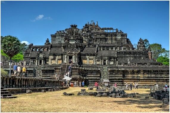 アンコール・ワットの北、城砦都市「アンコール・トム」で古代インドの寺院、王宮を体感!