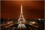 パリのエッフェル塔のライトアップ