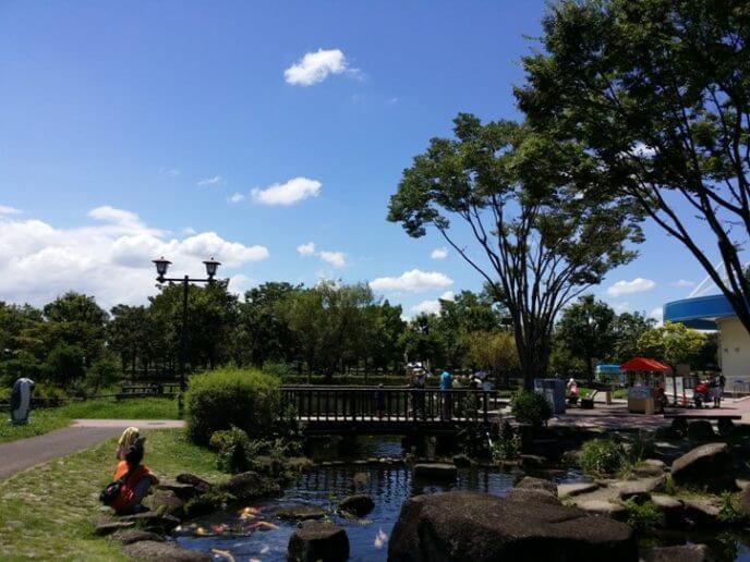 埼玉県羽生市にあるさいたま水族館 庭と池