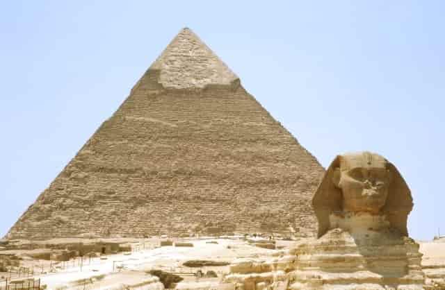 ギザの大スフィンクスとピラミッド