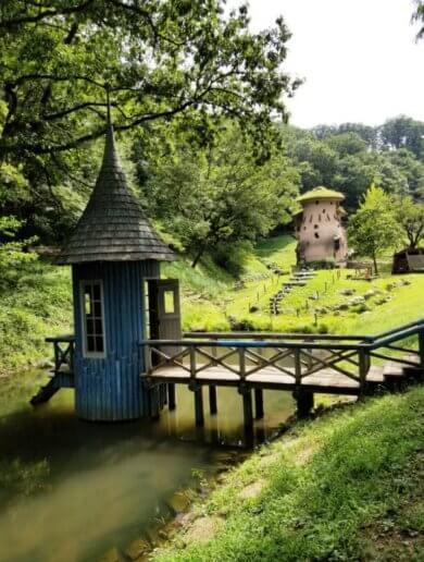 トーベ・ヤンソンあけぼの子どもの森公園の水辺の青い家