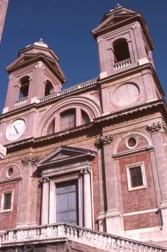 ローマのスペイン広場を見下ろすトリニタ・デイ・モンティ教会のオベリスク