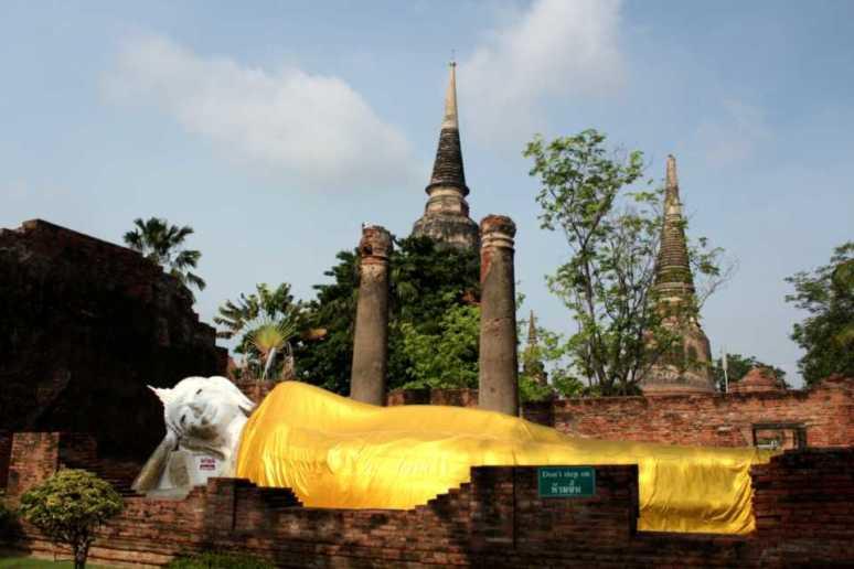ワット・ヤイ・チャイ・モンコンの涅槃像