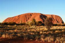 ウルル(旧エアーズロック) オーストラリアの巨大一枚岩の観光