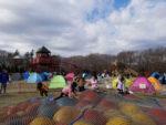 大型の長いローラー滑り台・芝滑り・トランポリン・アスレチックで子ども大喜び!